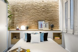 A Smart Layout Maximizes Space in This Compact Urban Beach Apartment in Barcelona - Photo 6 of 10 -