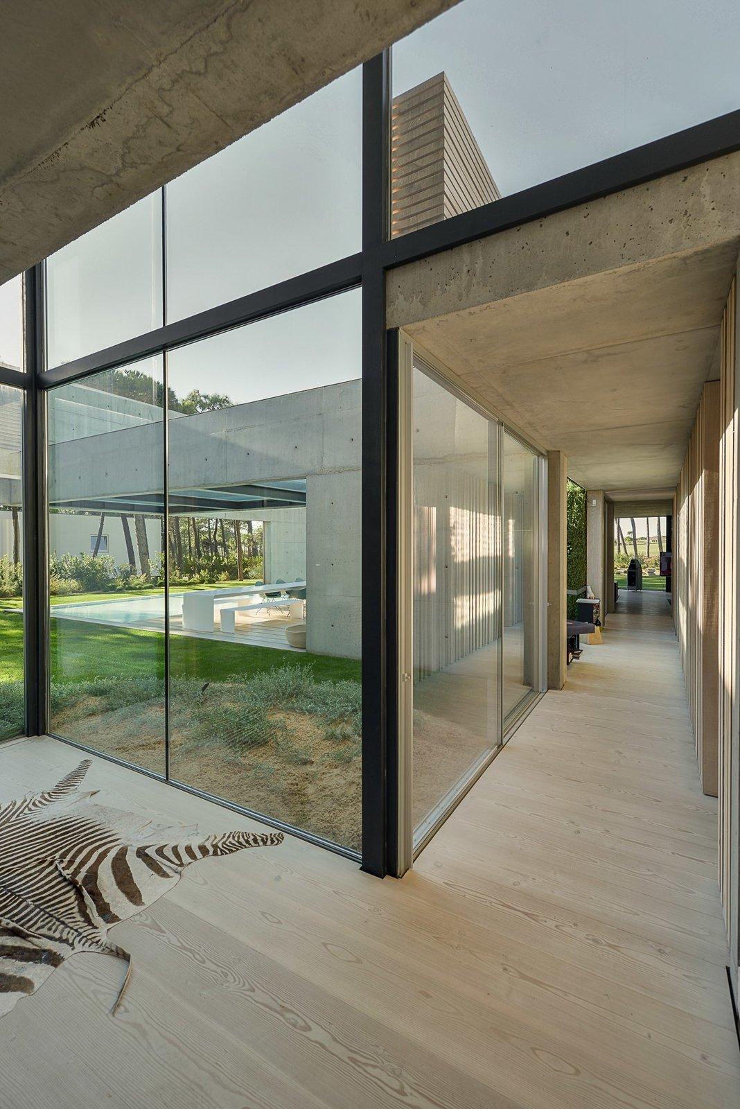Une piscine avec un fond en verre surplombe l'autre dans une maison de la Riviera portugaise - Photo 9 de 12 -