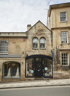 6 Best Dwell UK Apartments - Photo 6 of 7 - In the heart of the historic town of Wiltshire in Bradford on Avon is an apartment in a 19th-century building that was refurbished and designed by Ian Hill. The ground-floor commercial space was combined with a cozy first-floor studio apartment.