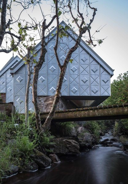 Futuristic yet traditional, this little holiday retreat prefab in the western coast of Scotland makes a bold statement using just zinc and plywood.