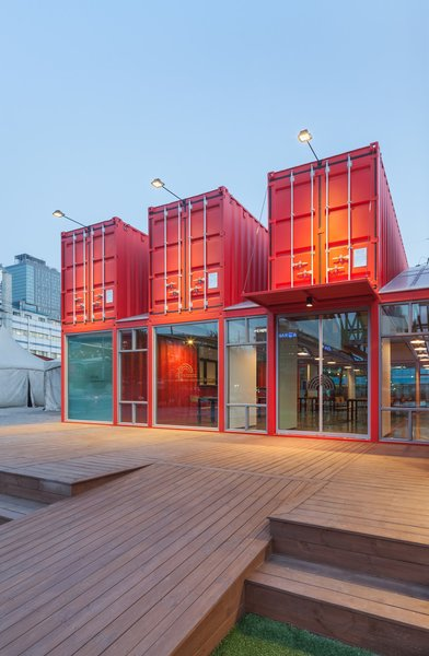 Bold, red-colored shipping containers were used to create a (12 meter long) visitor area extension for the National Theatres Company of Korea. Designed as a social zone for theatregoers, the space was equipped with internal sliding partition walls that can be opened or closed to allow for flexible use of the interior spaces.