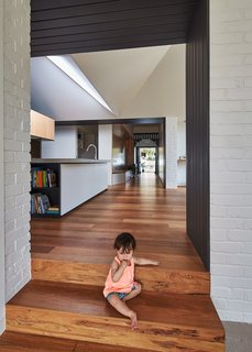 A New Hip Roof Rejuvenates a California-Style Bungalow in Melbourne - Photo 8 of 12 -