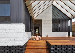 A New Hip Roof Rejuvenates a California-Style Bungalow in Melbourne - Photo 9 of 12 -