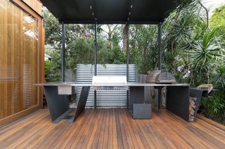Living Screens Conceal a North Bondi Beach House and a Semi-Indoor Pool - Photo 16 of 18 -