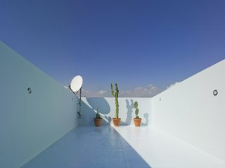 A Spanish House's Addition Looks Like an Ultra-Modern Helmet - Photo 10 of 13 -
