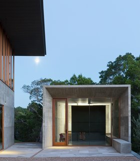 A Dramatic Roof and Board-Formed Concrete Keep This Texas Residence Cool - Photo 11 of 13 -