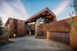 An Angular Mountain Retreat in Colorado Captures Breathtaking Views - Photo 6 of 15 -