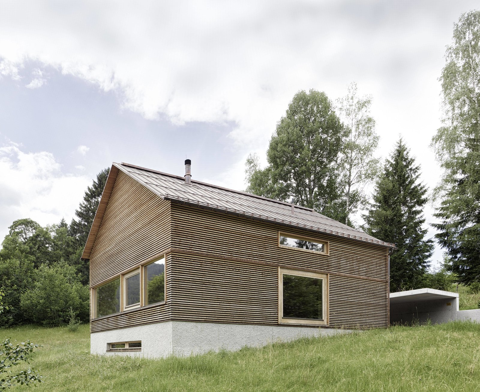 Horizontal larch cladding was used for the façade to give the house an interesting ribbed texture with deep grooves.