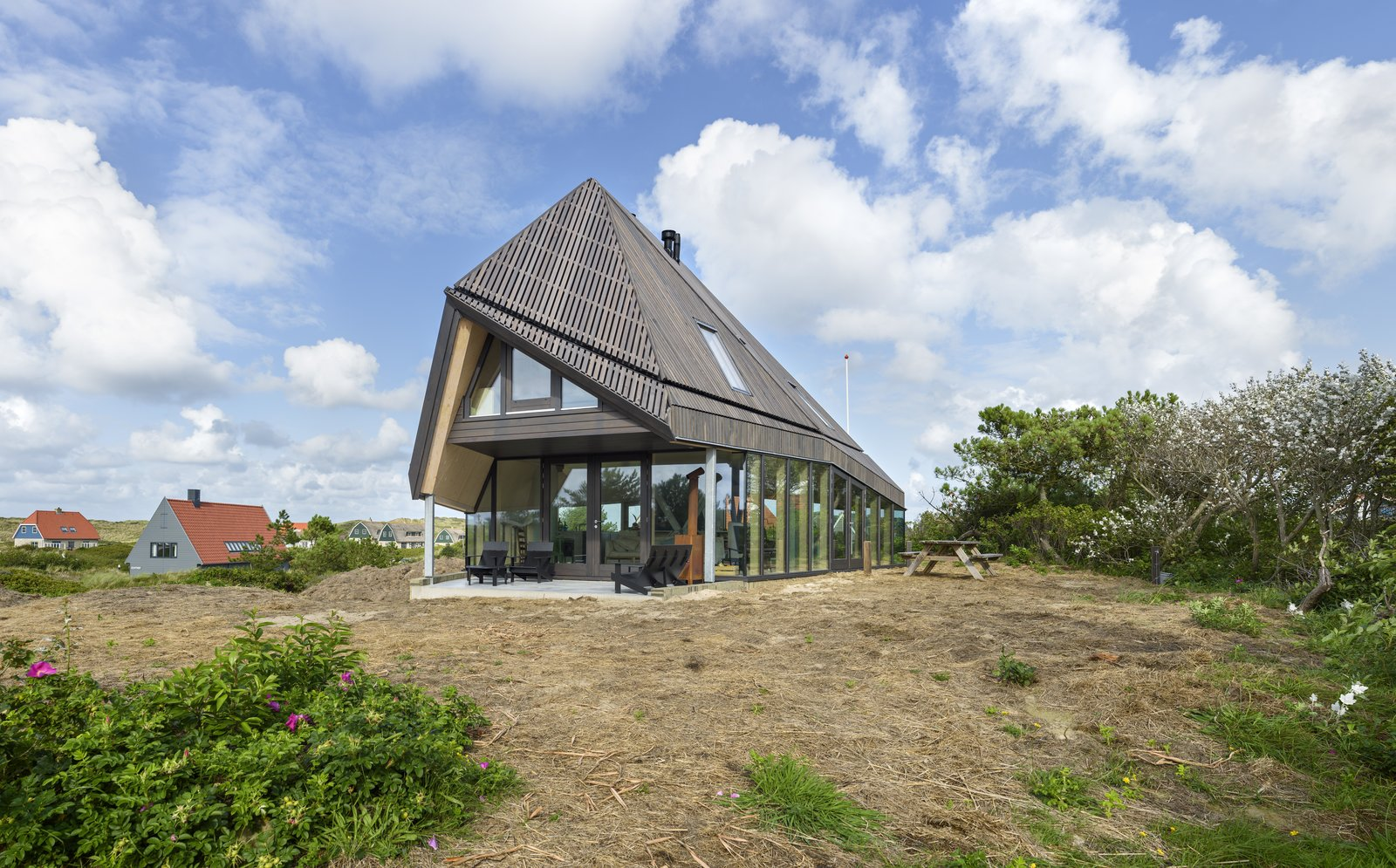A high roof with a form that's inspired by the De Waard Albatross tent.