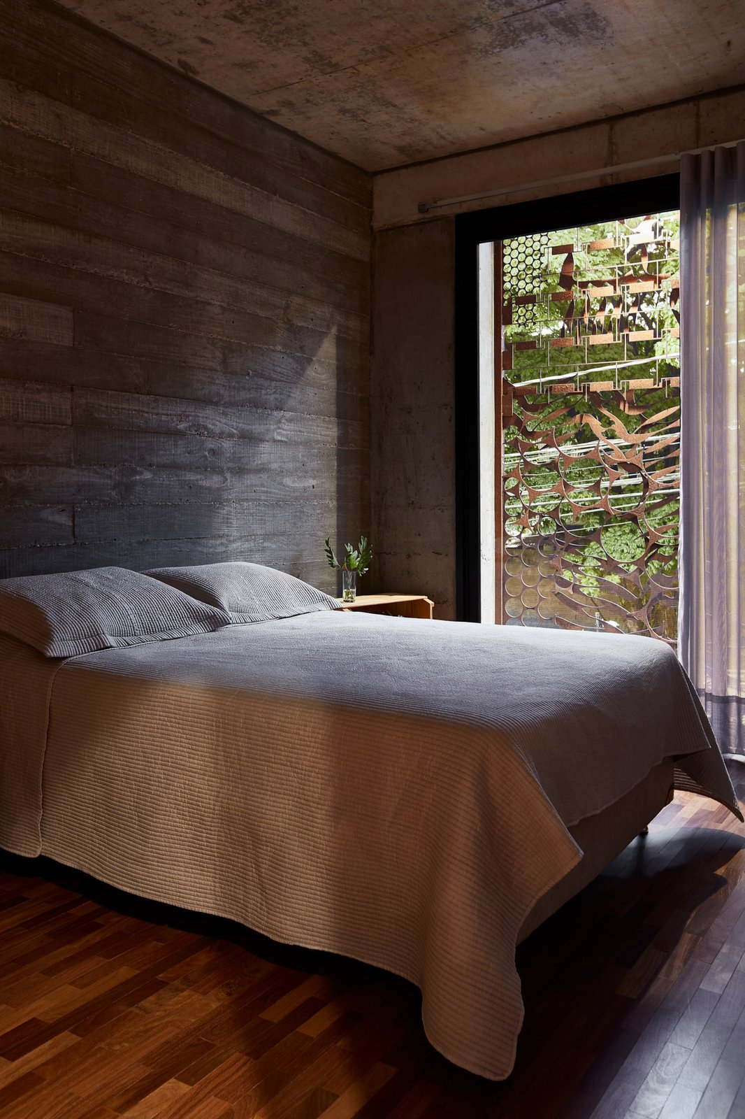 The Corten steel enclosure provides the bedrooms with more privacy, and also serves as striking decorative façade.