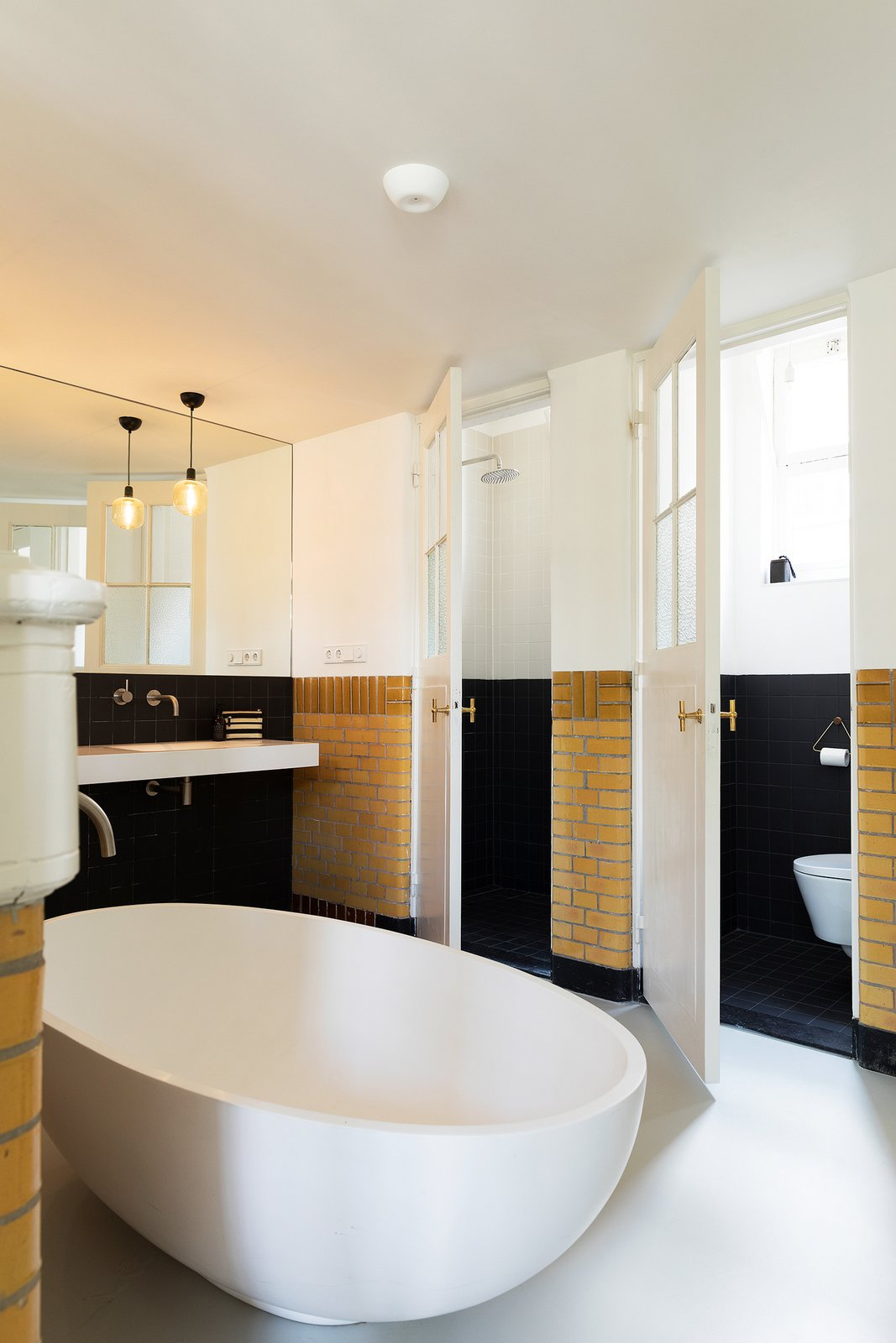 The five original lavatories were updated and integrated into the new bathing area.