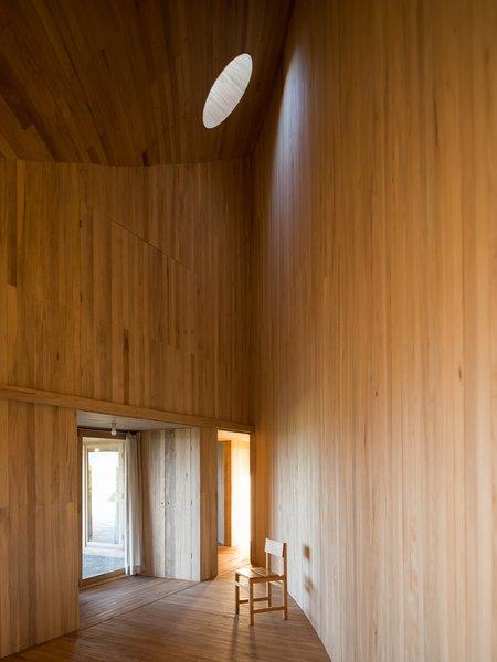 A circular skylight illuminate the living areas.
