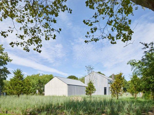 A house has a barn-like profile in Amagansett, New York.
