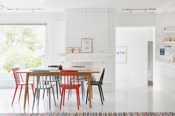 Large picture windows bring much sunlight into the dining area.