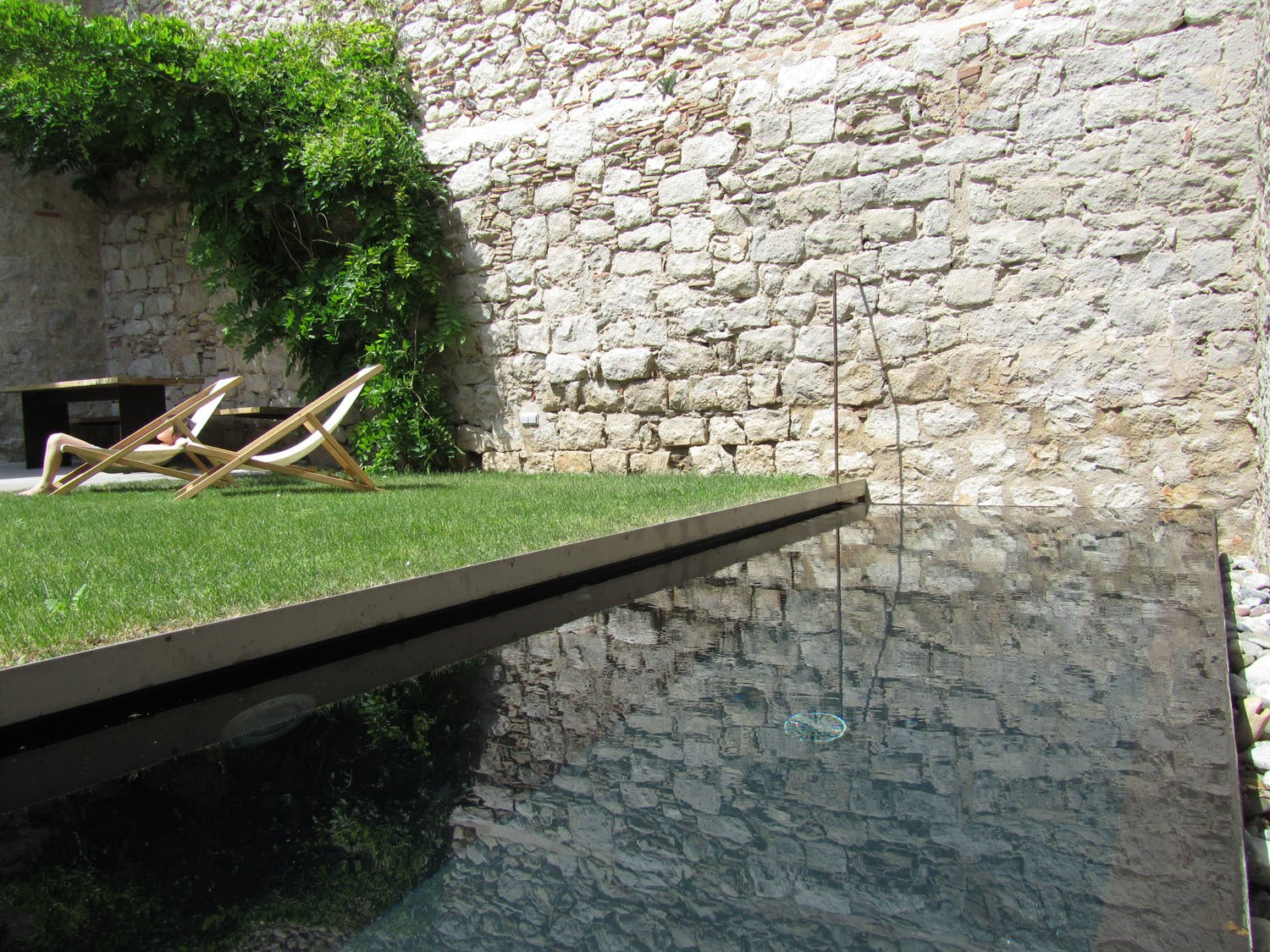 An old cistern found on the original site is now a black concrete plunge pool.