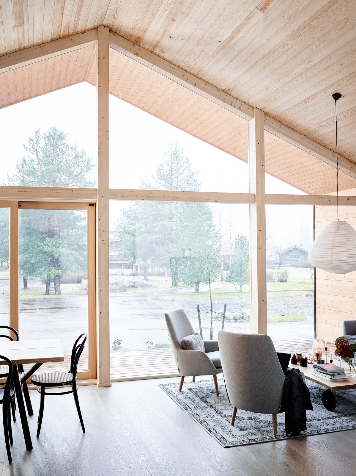 The kitchen and living area are located at the front, where the glazed façade allows more light penetration, while the bedrooms, bathroom and sauna are located at the more private areas in the back of the house.