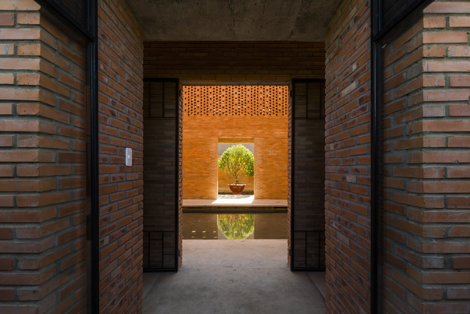 Water features, which convey the balance that the philosophy of Ying and Yang calls for, is expressed in a pond-like pool in the middle of the house.