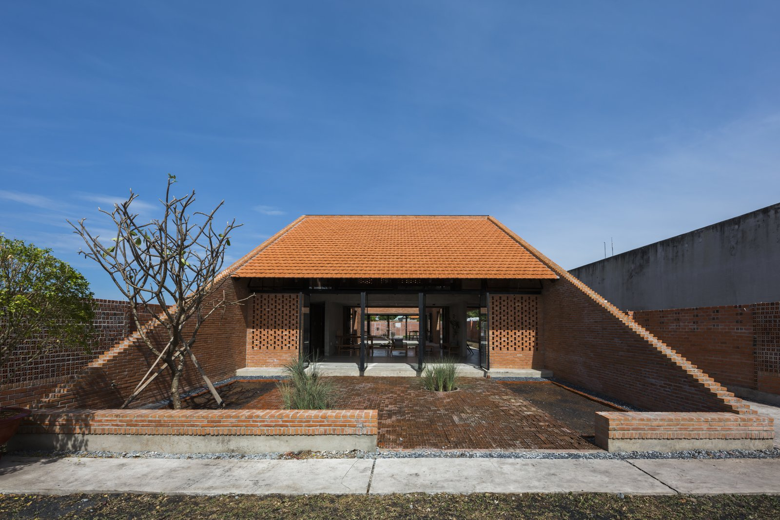 Clay brick flooring in the front yard helps drain rainwater and reduce heat.