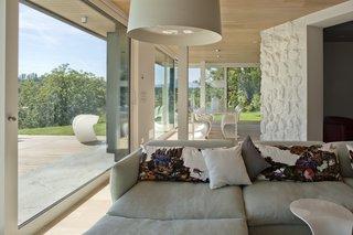 Villa on the hills near Udine   iarchitects - Photo 4 of 5 - living room, Sofa Moroso, Lamp Foscarini Twiggy