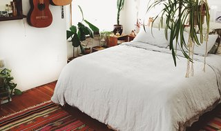 Emily Katz on How to Give a Bedroom Good Vibes - Photo 3 of 4 - The White Linen Venice Set keeps Emily's room looking clean and cohesive; Source: Emily Katz/Parachute