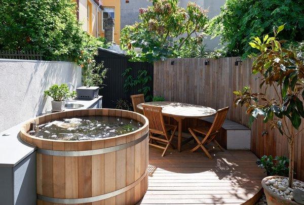courtyard designed to address unusual property shape Photo 3 of Paddington Terrace 2 modern home