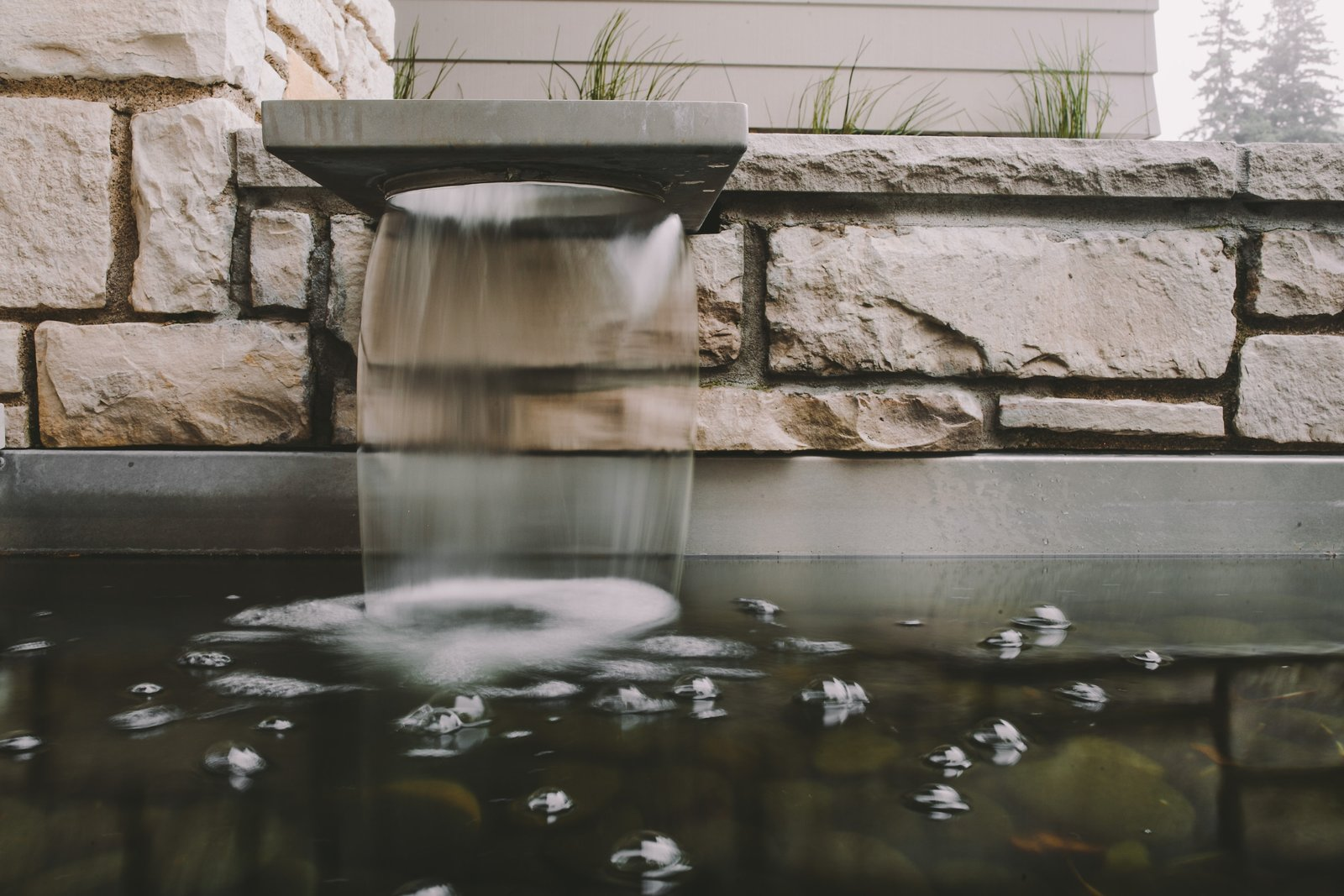 Crisp integration of Mid-century details and this modern fountain