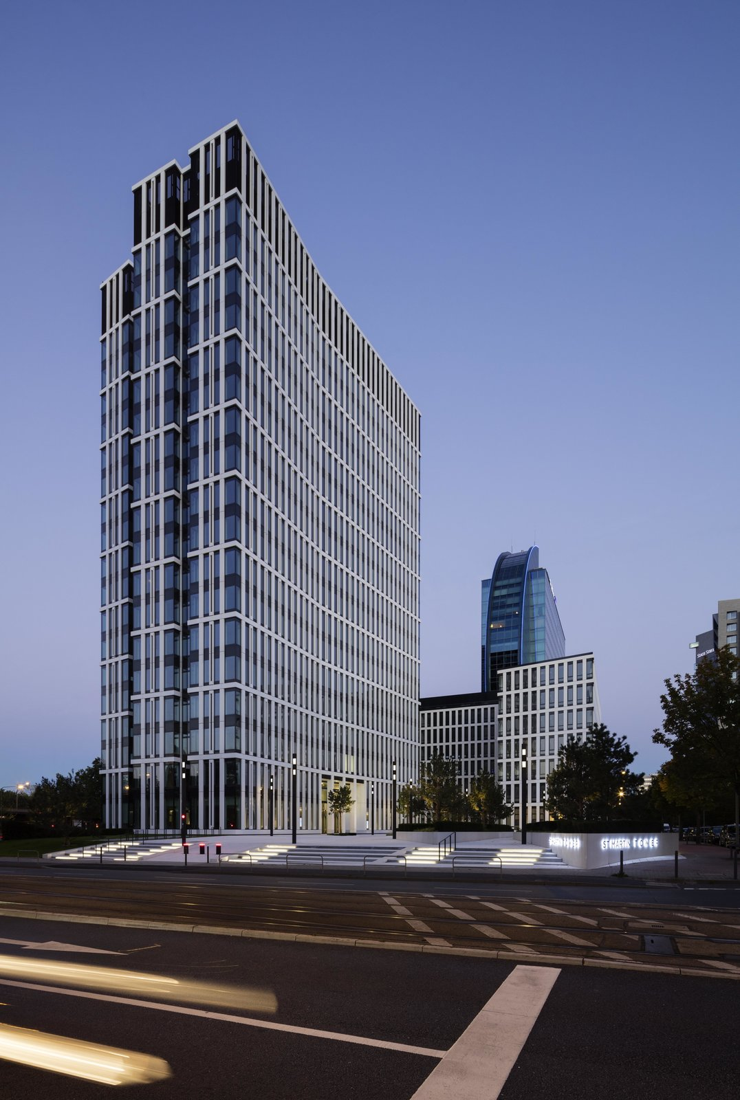 The St Martin Tower, located on Theodor-Heuss-Allee in Frankfurt am Main, was inaugurated in the summer of 2015. The wing-shaped, 18-story office building was designed by the architectural firm msm Meyer Schmitz-Morkramer. It offers tenants an infrastructure that is geared towards sustainability, corporate responsibility and a full-service philosophy: in addition to cafes, lounges and restaurants there is an in-house daycare center and gym, as well as various spaces for events and conferences.  more on: www.ewo.com  ewo for St. Martin Tower, Frankfurt (Germany) by ewo