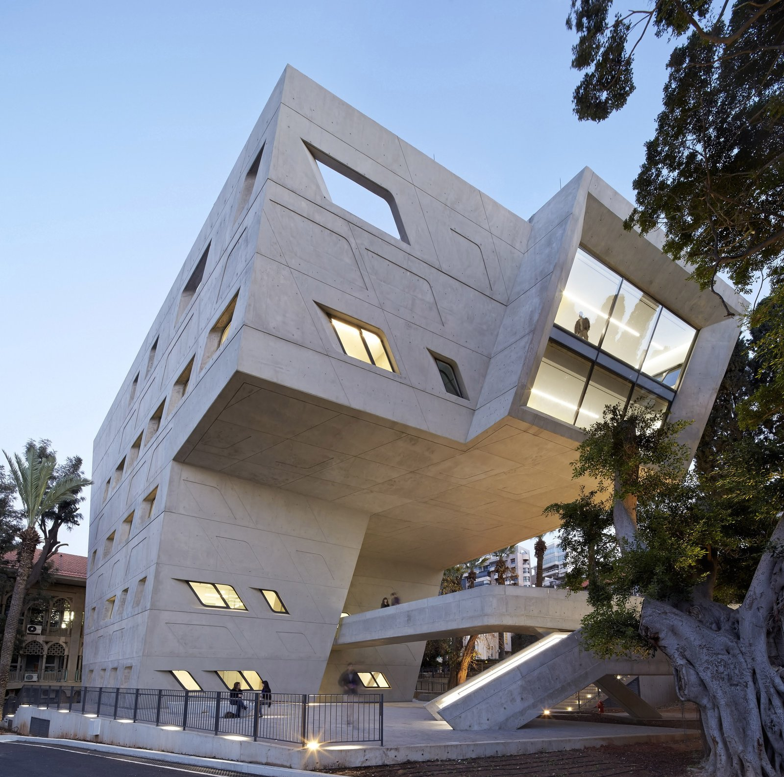 "The 3,000 sq. m. Issam Fares Institute building is defined by the many routes and connections within AUB; interweaving the pathways and views within the campus to create a forum for the exchange of ideas—a centre of interaction and dialogue—at the heart of the university. ""Queen of the Curve"": 18 Influential Works by Zaha Hadid - Photo 5 of 18"