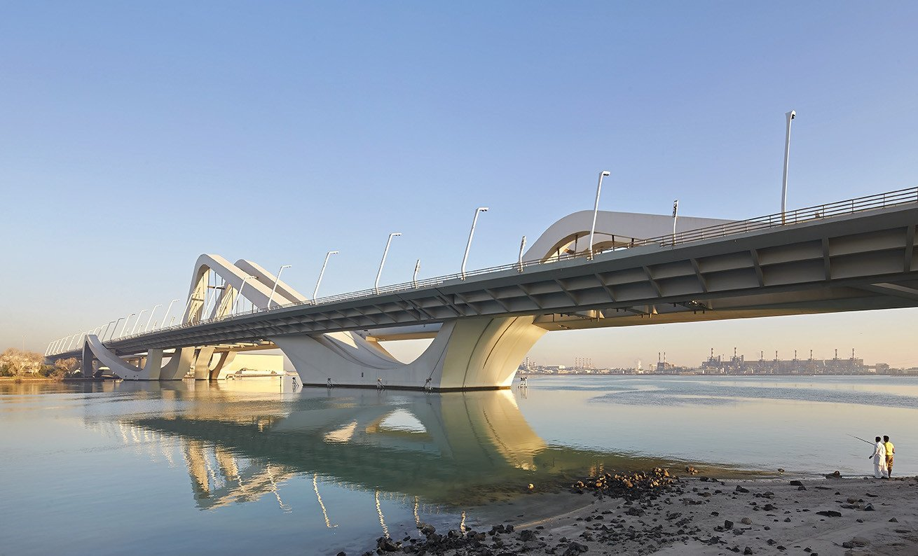 "Conceived in an open setting, the Sheikh Zayed Bridge bridge has the prospect of becoming a destination in itself and potential catalyst in the future urban growth of Abu Dhabi. A collection, or strands of structures, gathered on one shore, are lifted and  Photo 8 of 18 in ""Queen of the Curve"": 18 Influential Works by Zaha Hadid"