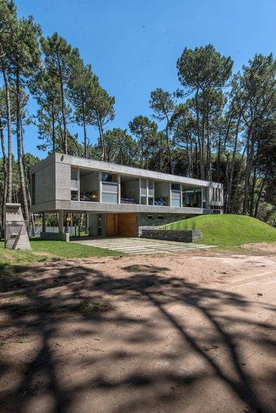 © Diego Medina Photo 3 of Casa Kuvasz modern home
