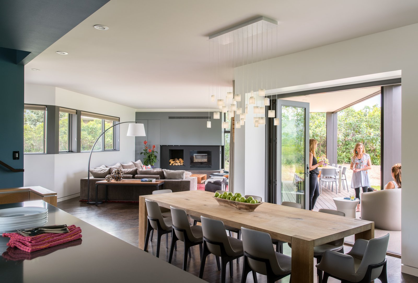 The healthy communion between nature and structure is what the family loves most about the home. It is open, dramatic, light, and inviting, which is everything the clients wanted in a new house. The transition between what's beyond the windows and what's within is appealingly effortless, and entirely in keeping with a laid-back Colorado lifestyle.  Sunset House by HMHAI