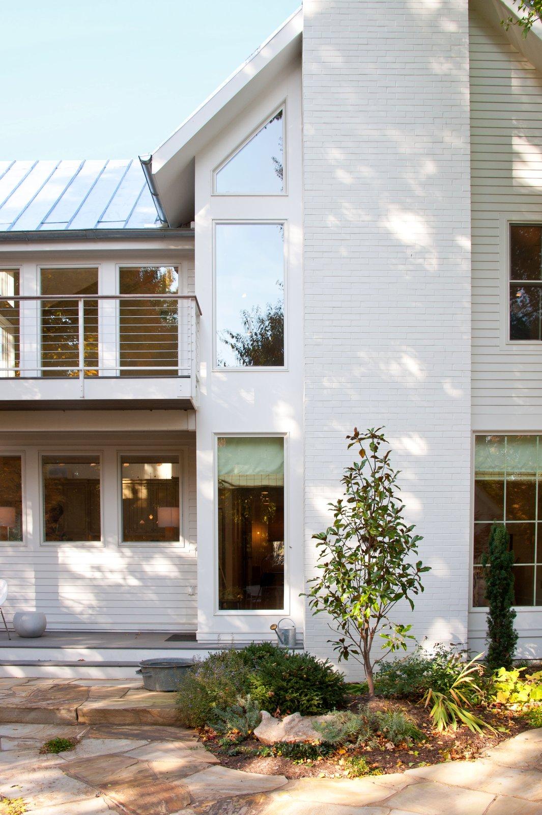 Urban Farmhouse by ONE 10 STUDIO Architects