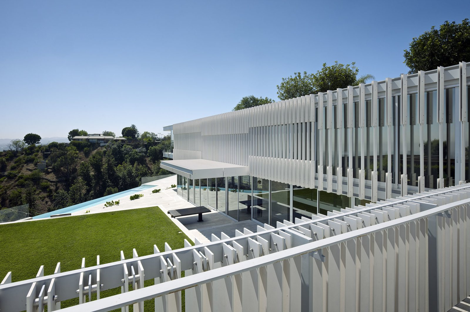 In plan, the structure is an L-shape, embracing the view across its angled infinity pool.