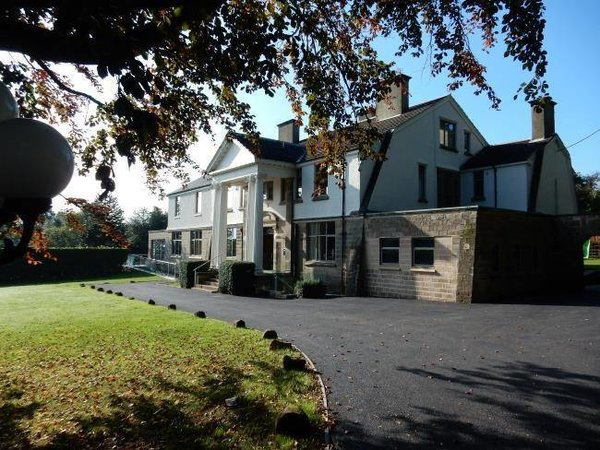 As you head up to the winding driveway which is lined with centuries old Monkey Puzzled trees you will get the first view of the impressive 5 acres location complete with awesome gardens which overlook the Derwent Valley. A stylishly luxurious accommodation provided by this property gives you the feeling of travelling through time to the 18th and 19th century with the comfort and luxury of the 21st century. Photo  of Hollywood House modern home