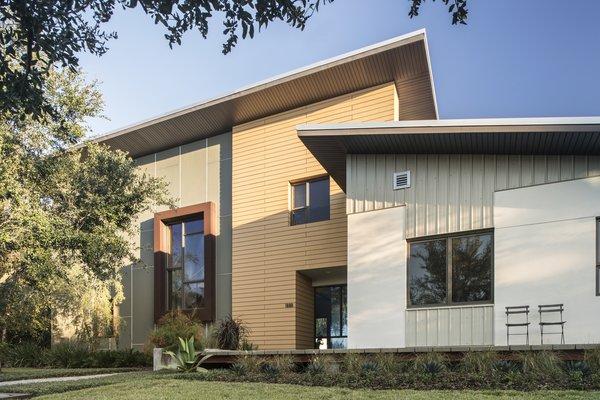 Exterior front facade Photo  of 1600 Lakeside modern home