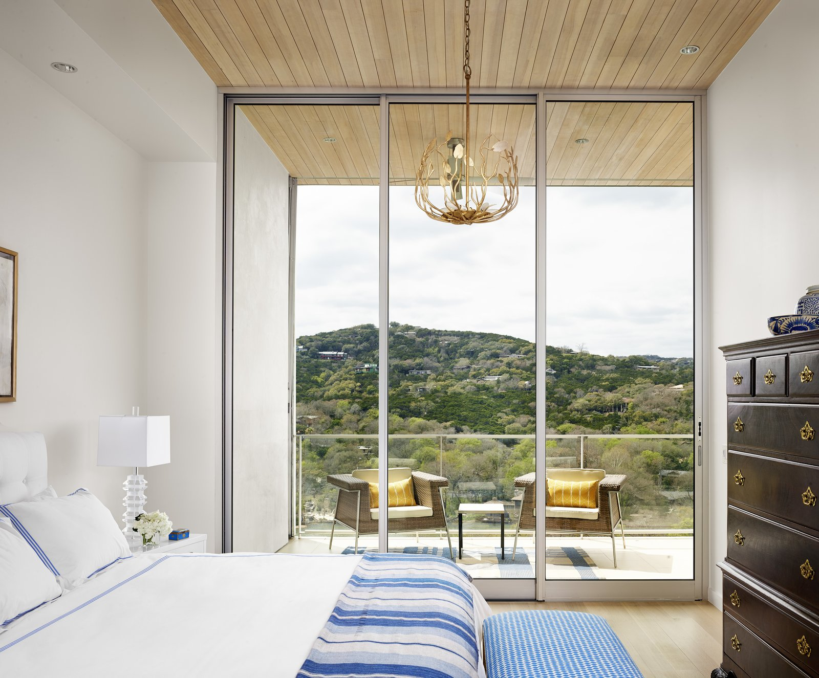 Guest bedroom  Lakeshore Residence by Texas Construction Company