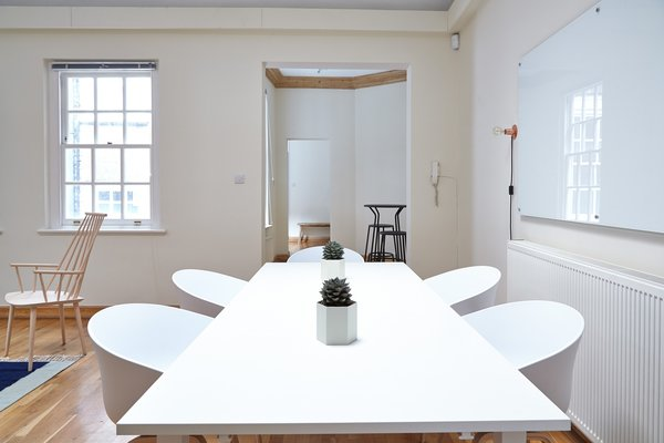 A simple, yet sophisticated place to discuss new ideas and exchange opinions. Photo  of Project Office modern home
