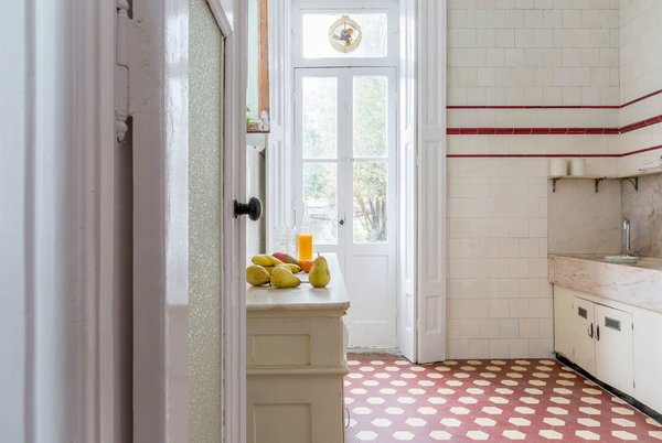 The kitchen, with its original tiles and marble Photo 17 of myhomeinporto modern home