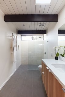 A Midcentury Eichler in San Mateo Is Turned Into a Functional Family Home - Photo 6 of 10 -