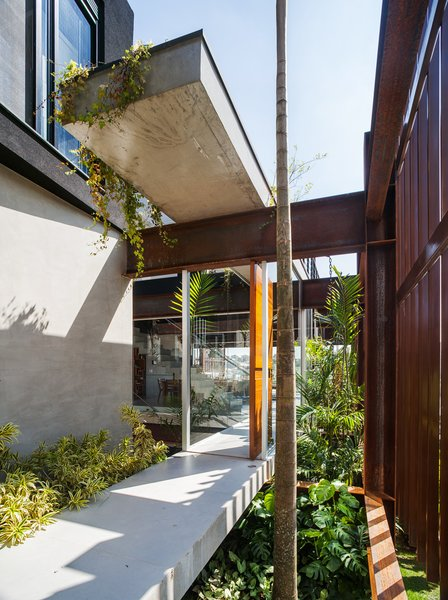 Photo 9 of Mirante House modern home