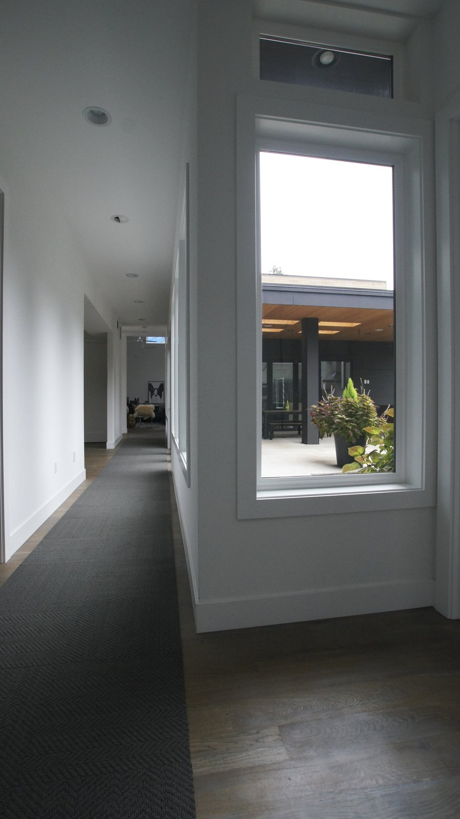 The windows along the hallway prevent it from feeling too narrow or gloomy. The space transforms into an elegant stretch of space filled with light and becomes much more than just a utilitarian hallway.