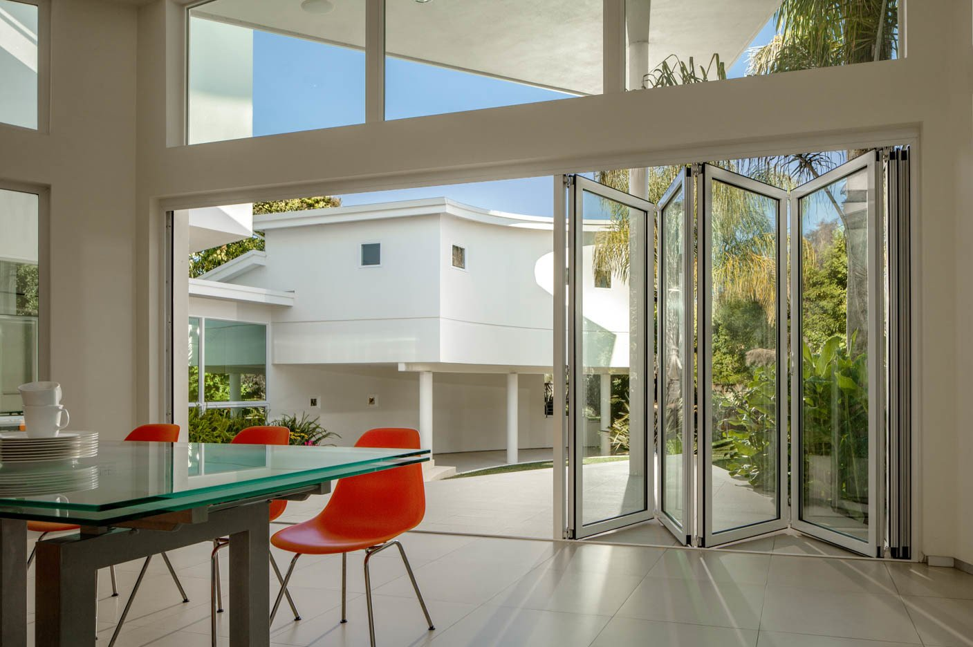 Open floor plan, house around a patio, large windows and glass doors and a sense of outdoors in the indoor (Eichler principle). Tagged: Back Yard and Dining Room.  Contemporary Eichler Offspring by Agnieszka Jakubowicz