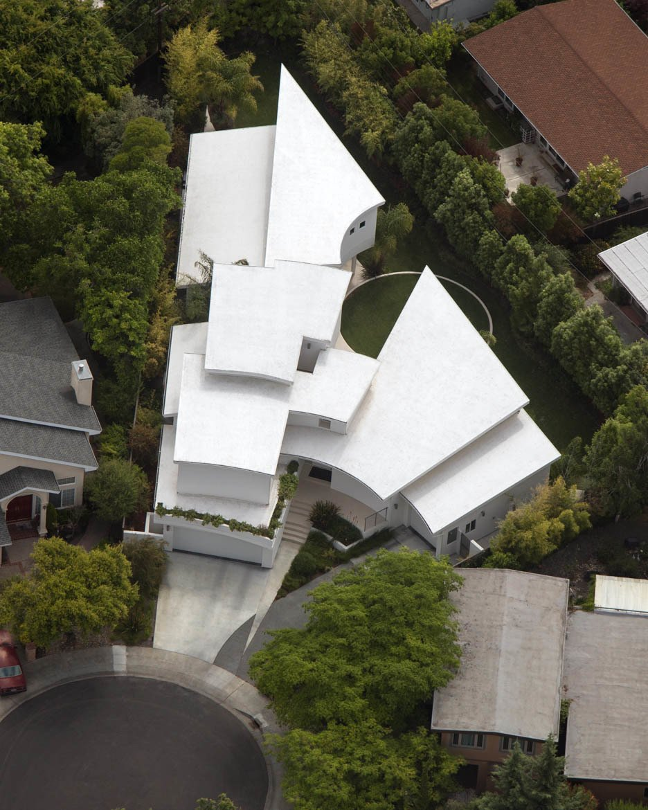 Aerial image reveals attachment of building lines to  property lines and the large yard generated as a result. Tagged: Outdoor and Rooftop.  Contemporary Eichler Offspring by Agnieszka Jakubowicz