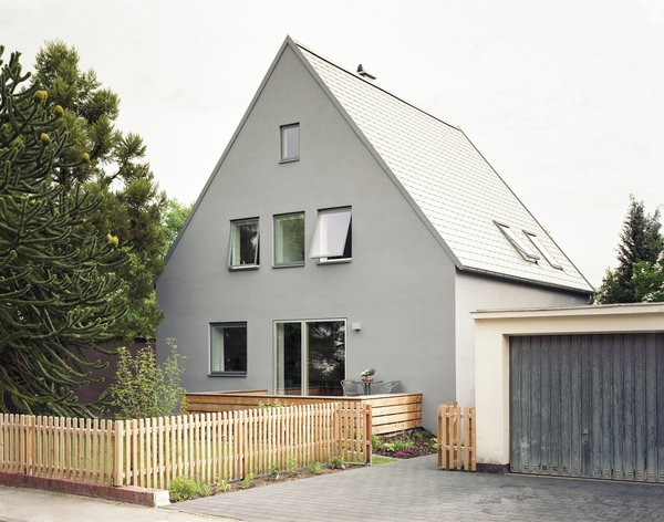 Modern home with metal, single hung window type, wood, front yard, garden, wood patio, porch, deck, vertical fence, decking patio, porch, deck, wood fence, and dining room. new street facade Photo 5 of Haus Mai