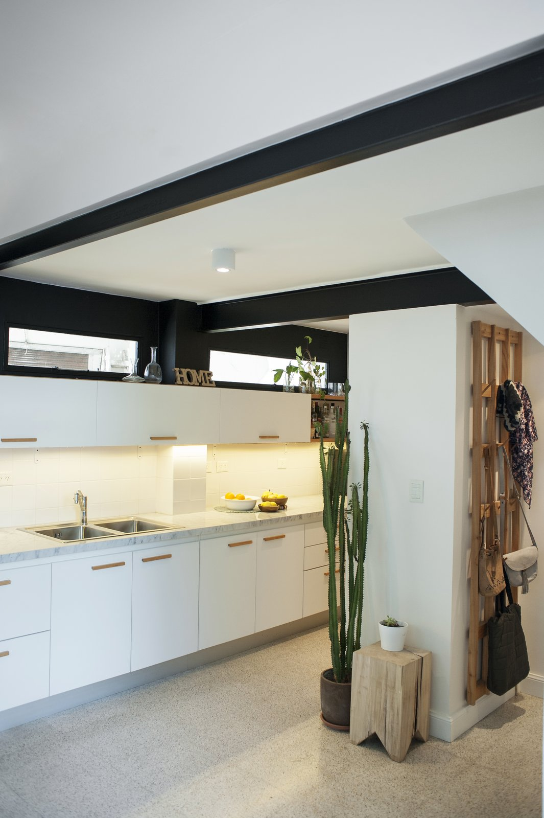 The original beams and the wall above the cupboard have been painted in black  Artigas by melisa