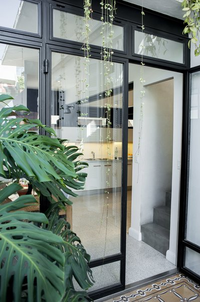 The great window made in glass and steel divides the patio and the dining area. Photo 10 of Artigas modern home