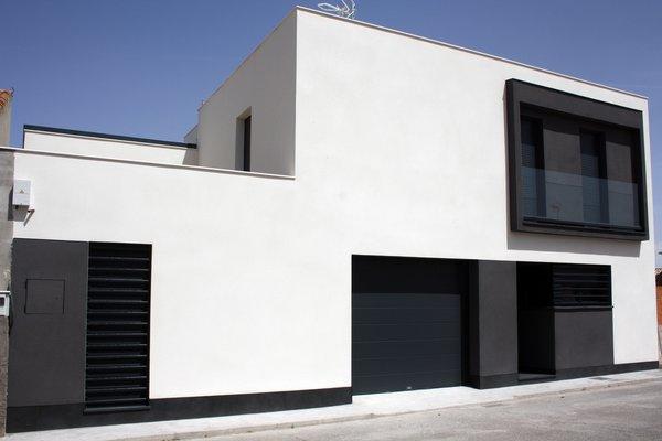 Modern home with outdoor and front yard. Fachada principal de la vivienda. Photo  of CASA FLORES