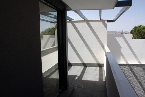 Modern home with outdoor, metal patio, porch, deck, small patio, porch, deck, and pavers patio, porch, deck. Porche en planta primera. Photo 9 of CASA FLORES
