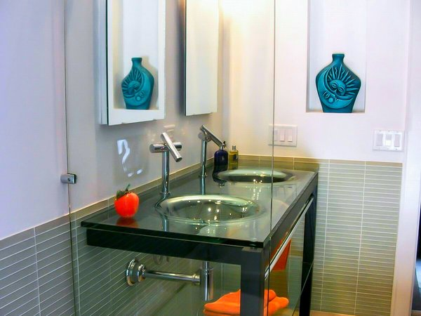 Integral glass counter and sink top Photo  of The HR Home modern home