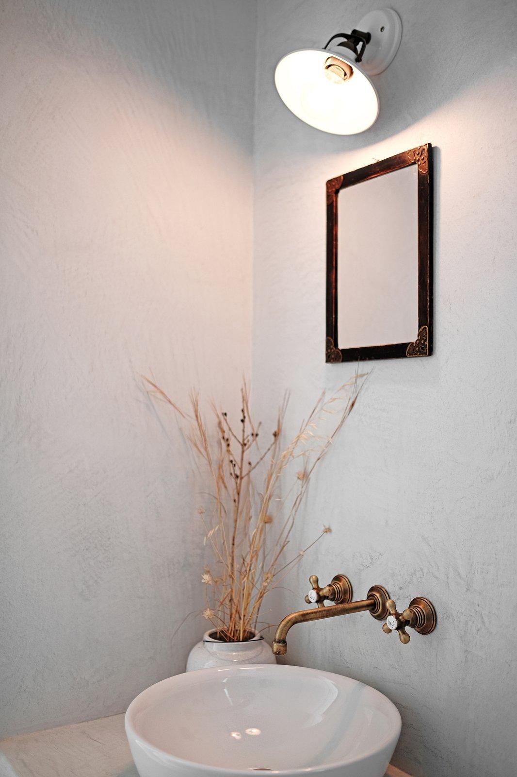 Washroom  ROCKSPLIT house by COMETA ARCHITECTS